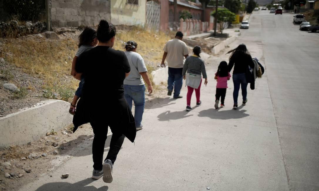 Imigrantes caminham em Ciudad Juarez, na fronteira do México, após serem deportados dos Estados Unidos Foto: JOSE LUIS GONZALEZ / REUTERS - 22/06/2019