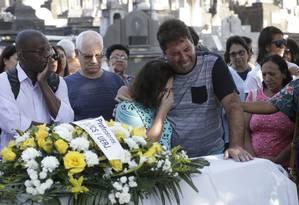 Os pais da estudante Luiza Nascimento Braga, choram no sepultamento da filha única no Cemitério de Inhaúma Foto: Domingos Peixoto / Agência O GLOBO