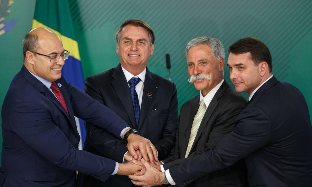 O governador Wilson Witzel, o presidente Jair Bolsonaro, o executivo Chase Carey e o senador Flávio Bolsonaro, durante evento no Palácio do Planalto Foto: Daniel Marenco / Agência O Globo