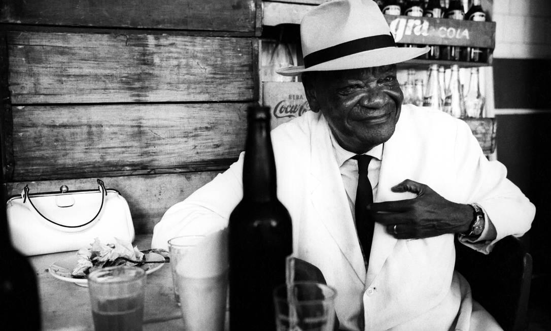 Pixinguinha num bar da Rua da Passagem, em Botafogo, Zona Sul do Rio. Pedro fotografou dezenas de artistas em sua longa trajetória profissional Foto: Pedro de Moraes / Divulgação