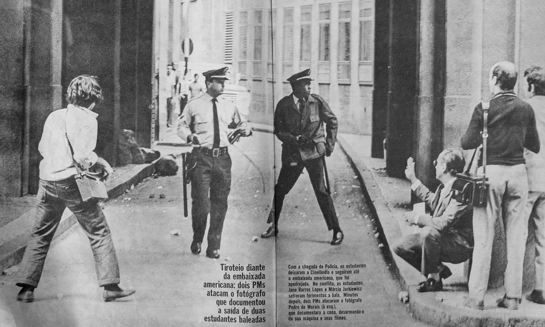Página da revista 'Fatos e Fotos', de 4 de julho de 1968. A foto mostra Pedro de Moraes à esquerda, de costas, depois de ter sua câmera apreendida pelos PMs quando cobria uma manifestação em frente à embaixada dos EUA Foto: Reprodução