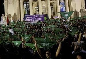 Ato pela legalização do aborto no Brasil, realizado no Centro do Rio em 2018 Foto: Domingos Peixoto/8-8-18 / Agência O Globo