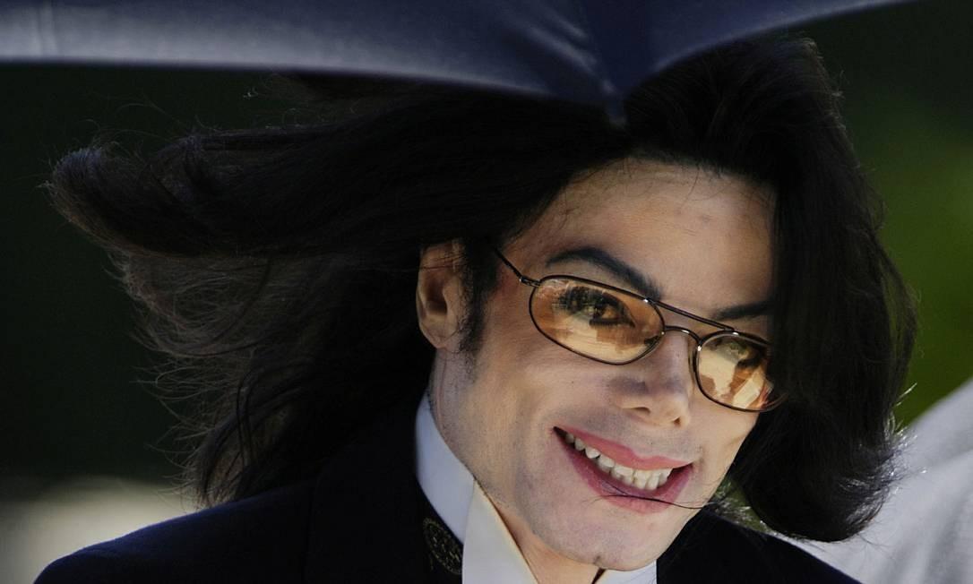 O cantor Michael Jackson sorri após sair de tribunal na Califórnia, em 2005 Foto: LUCAS JACKSON / Reuters