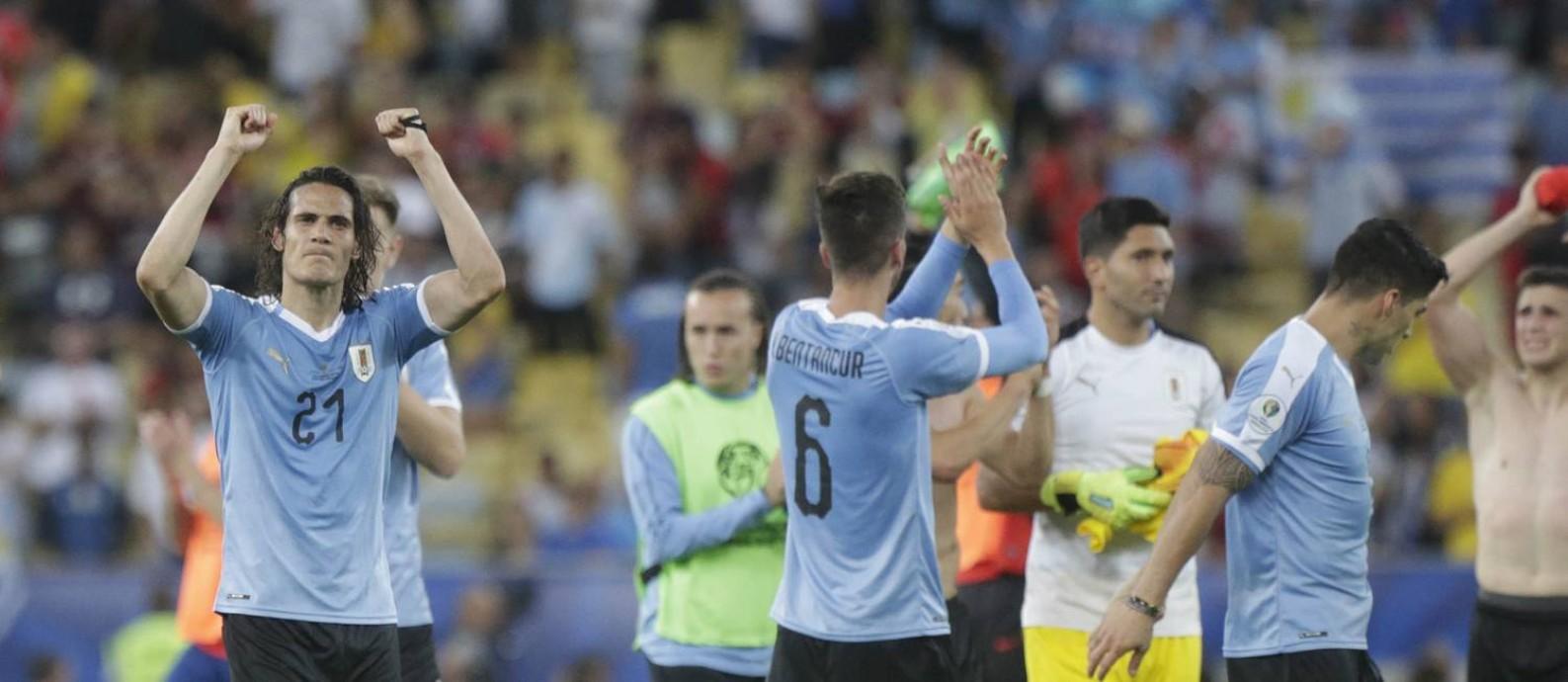 Cavani, à esquerda, comemora a vitória do Uruguai sobre o Chile no Maracanã Foto: Roberto Moreyra / Agência O Globo