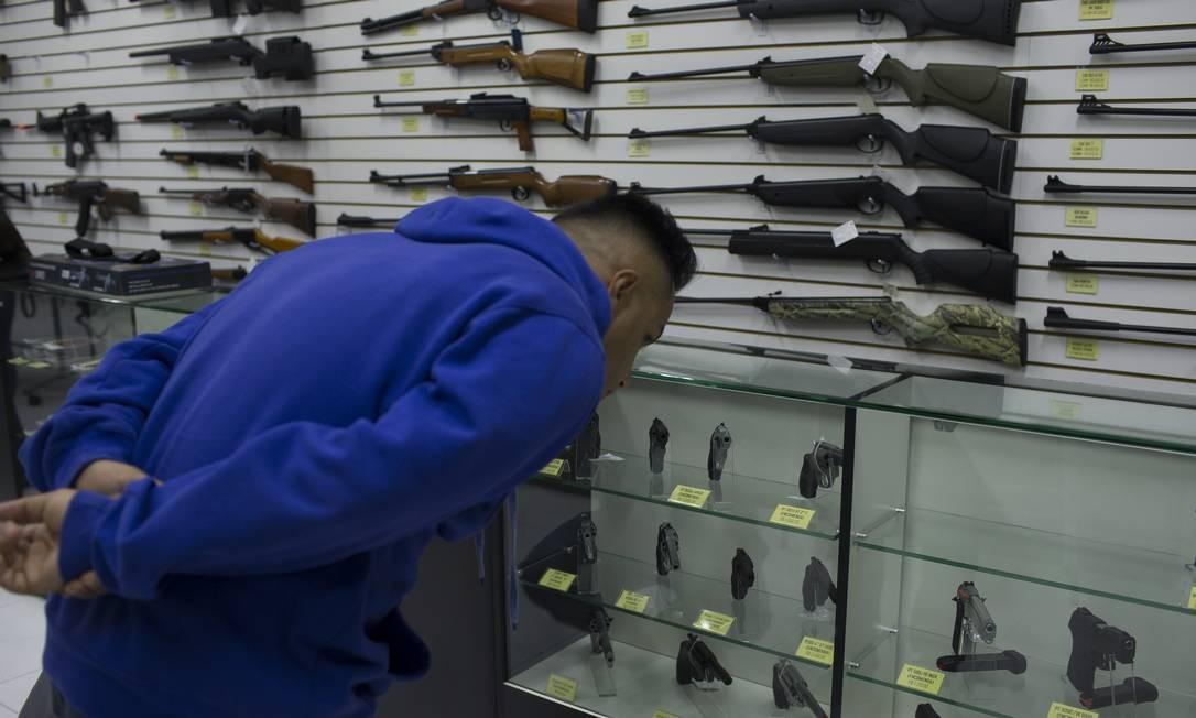 Na imagem, cliente na loja Top Arms, em São Paulo. Foto: Edilson Dantas / Agência O Globo
