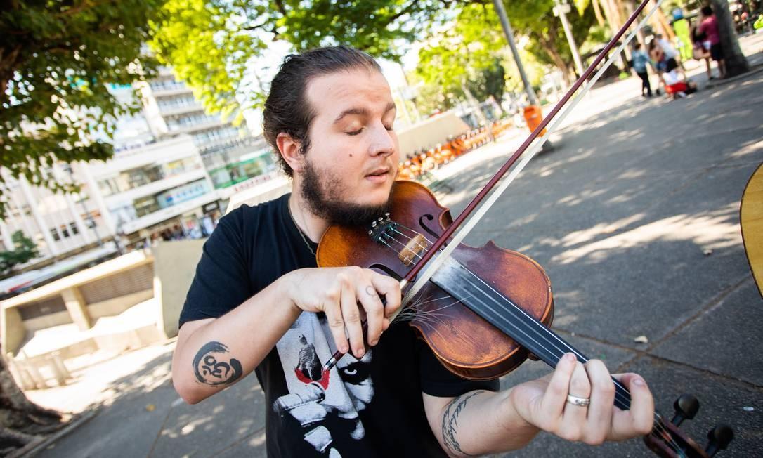 Violinista em frente à estação do metrô na Tijuca Foto: Bárbara Lopes / Agência O Globo