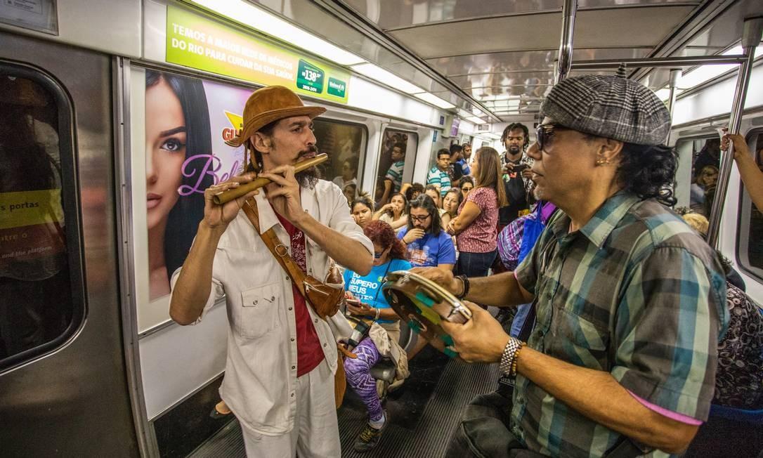 Conjunto toca forró dentro de vagão do metrô Foto: Bárbara Lopes / Agência O Globo