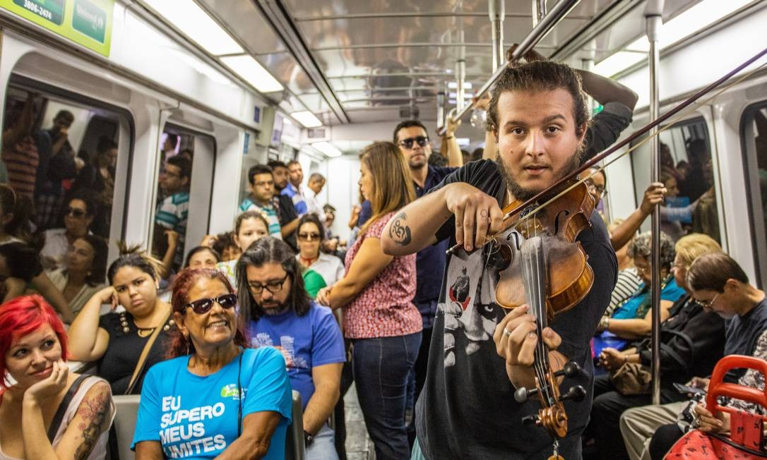 Violinista anima viagem em vagões do metrô Foto: Bárbara Lopes / Agência O Globo