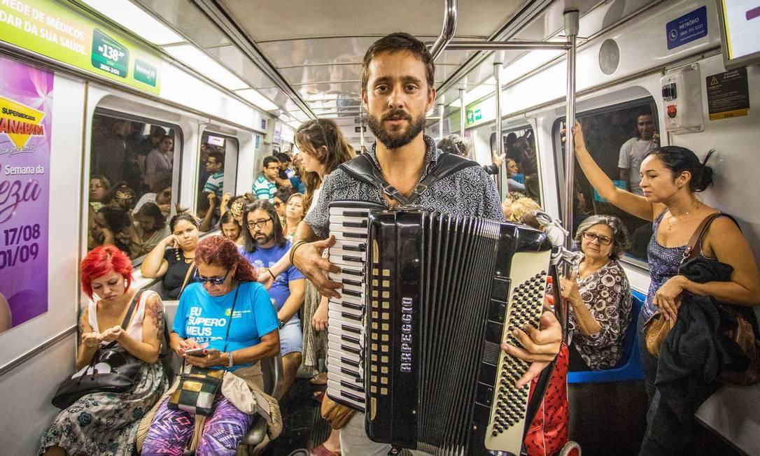 Sanfoneiro toca em vagão do metrô - 30/08/2018 Foto: Bárbara Lopes / Agência O Globo