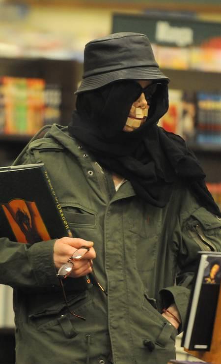 O cantor Michael Jackson é flagrado em uma livraria de Las Vegas - 17.12.2007 Foto: Brainpix