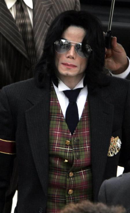 O astro pop Michael Jackson chega ao Tribunal Superior do Condado de Santa Barbara, em Santa Maria, Califórnia, no julgamento por abuso sexual infantil - 02/06/2005 Foto: Robyn Beck / REUTERS