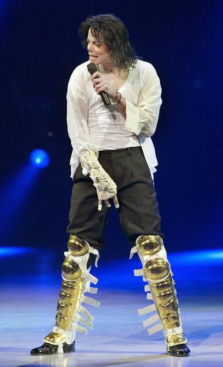 """Michael Jackson tocando durante o concerto beneficente do Comitê Nacional Democrata (DNC) """"A Night at the Apollo"""" em Nova York - 24/04/2004 Foto: Timothy A. Clary / AFP"""