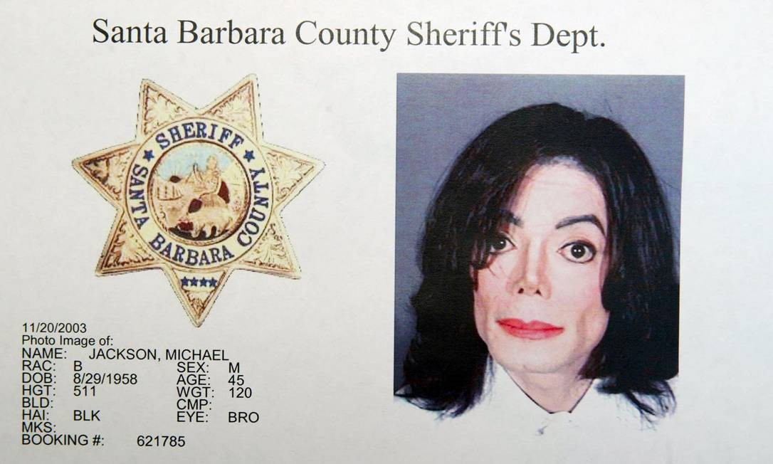 Imagem fornecida pelo escritório do xerife do condado de Santa Bárbara, Califórnia, após Michalel Jackson ter sido fichado por várias acusações de molestar uma criança - 20/11/2003 Foto: Getty Imagens / AFP