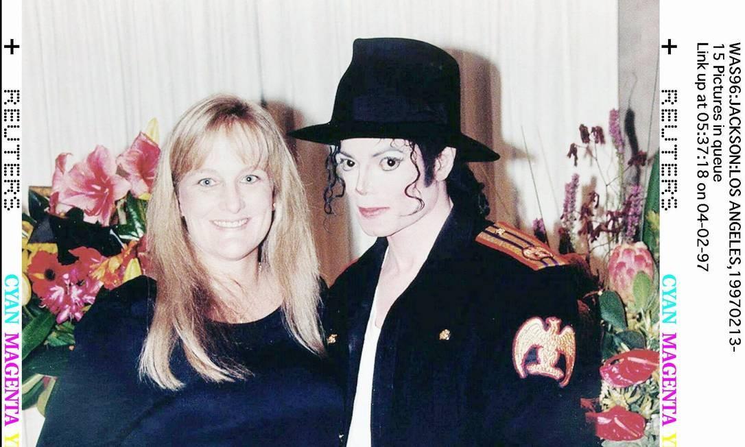 Michael Jackson e sua nova esposa, Deborah Rowe-Jackson, posam para uma foto de casamento minutos depois da cerimônia em 14 de novembro de 1996, Rowe-Jackson deu à luz um menino no Hospital Cedars-Sinai em Los Angeles - 14/11/1996 Foto: REUTERS