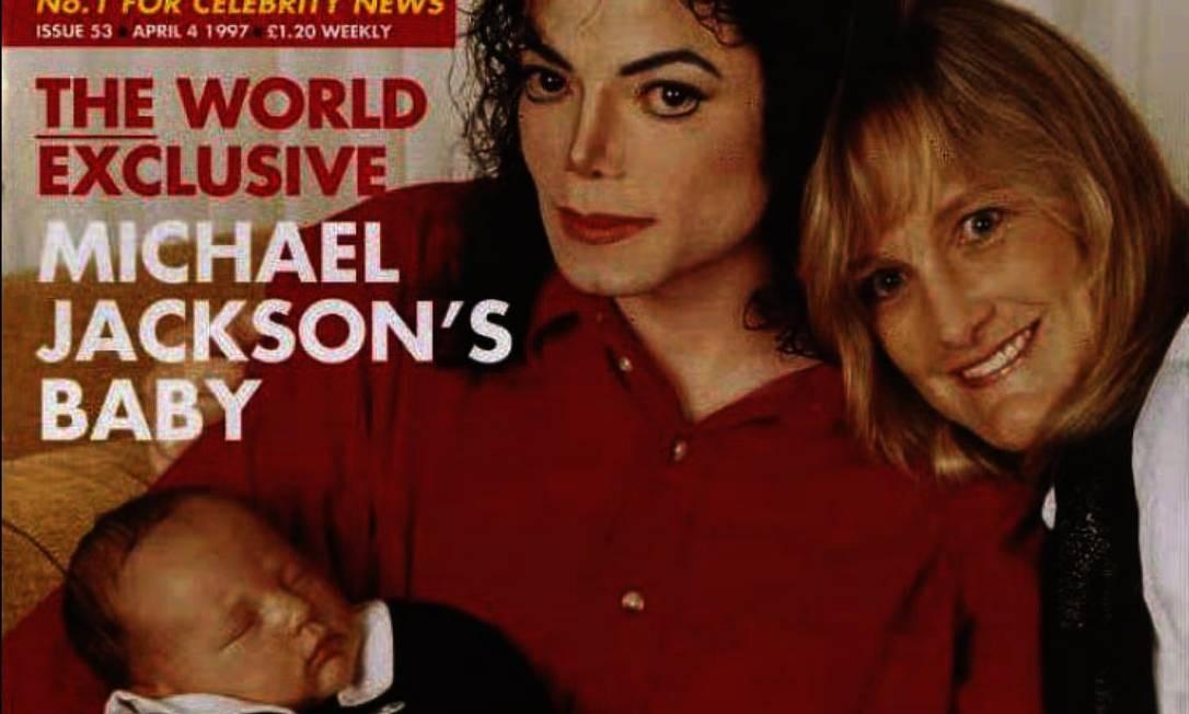 Michael Jackson posa com Deborah Rowe-Jackson, na época casada com o cantor pop, para a capa da revista OK! A revista publicou entrevista uma entrevista na qual o nome do bebê foi revelado - 24/03/1997 Foto: AFP