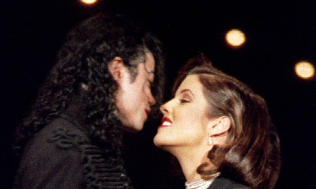 Michael Jackson e Lisa Marie Presley, primeira esposa do cantor, na cerimônia do 11º Prêmio Anual de Música da MTV em Nova York, no Radio City Music Hall, em 9 de setembro de 1994 Foto: Mark Cardwell / REUTERS