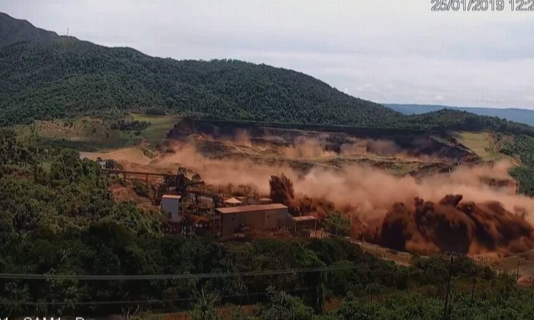 Momento em que a barragem da Vale em Brumadinho (MG) rompeu em janeiro Foto: Reprodução / TV Globo