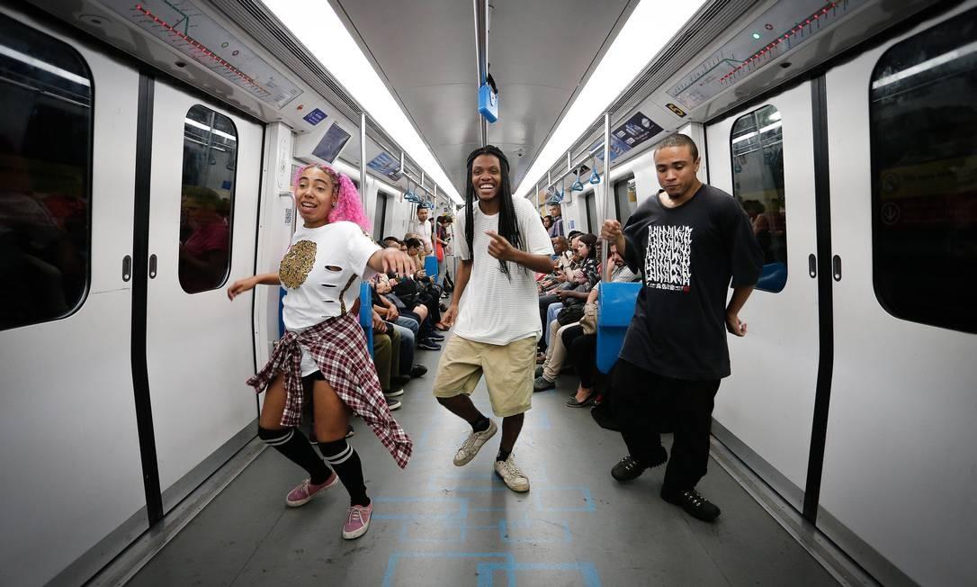 Grupo de dança se apresenta no metrô da linha 4 Foto: Pablo Jacob / Agência O Globo