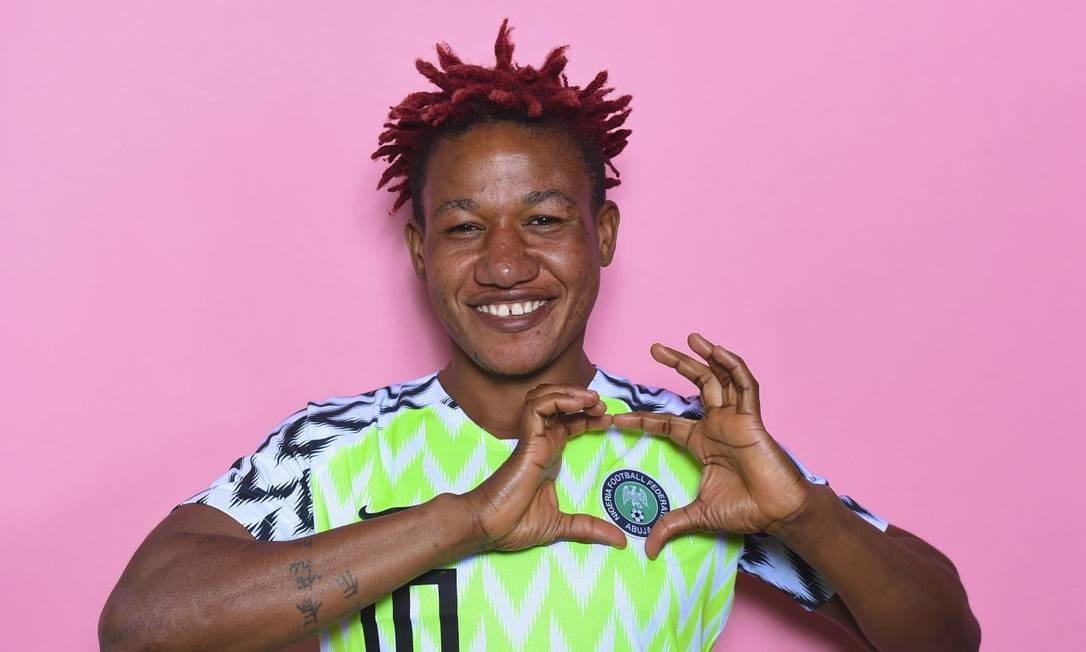 A camisa 10 da Nigéria, Rita Chikwelu, se destaca em campo pela habilidade e as pontas vermelhas de seus cabelos Foto: Fifa/Reprodução