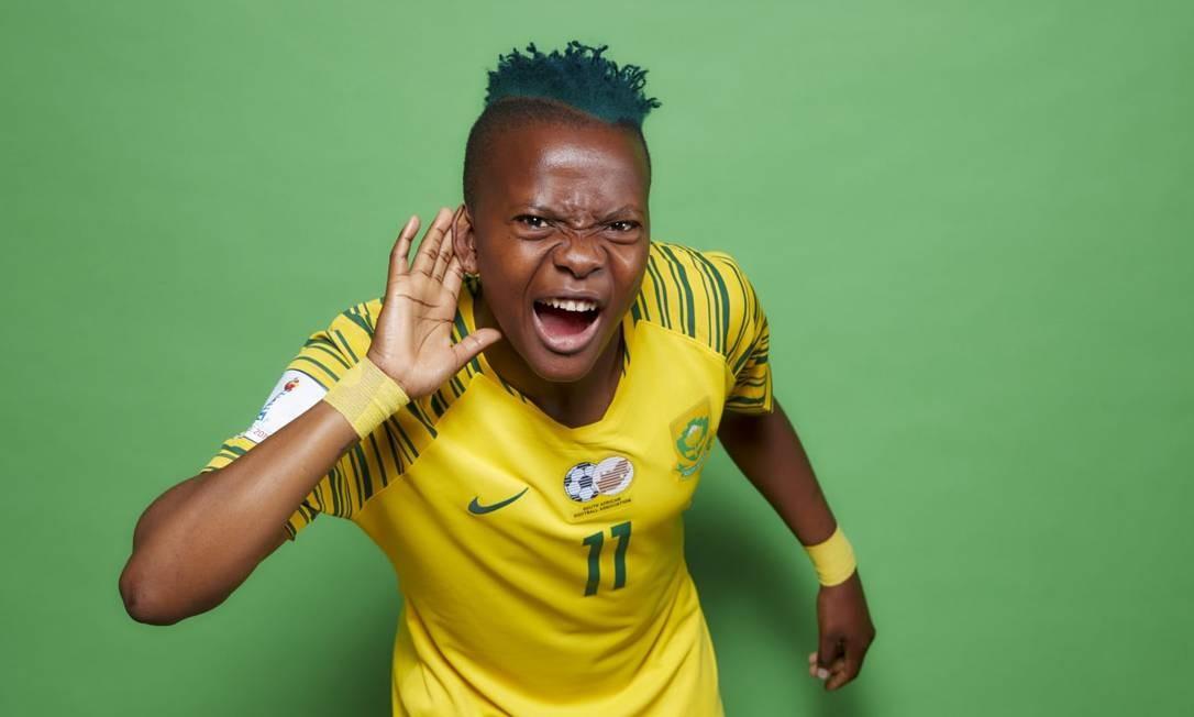"""A atacante sul africana Thembi Kgatlana, de 23 anos chegou com estilo na Copa do Mundo com seu corte de cabelo """"na régua"""" e tingido de verde Foto: Fifa/Reprodução"""