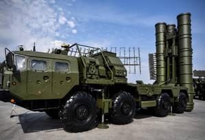 Veículo que integra o sistema de mísseis S-400, em operação pelos russos desde 2007. Turquia vê o sistema como essencial para sua soberania, mas EUA querem impedir sua implementação no país. Foto: ALEXANDER NEMENOV / AFP