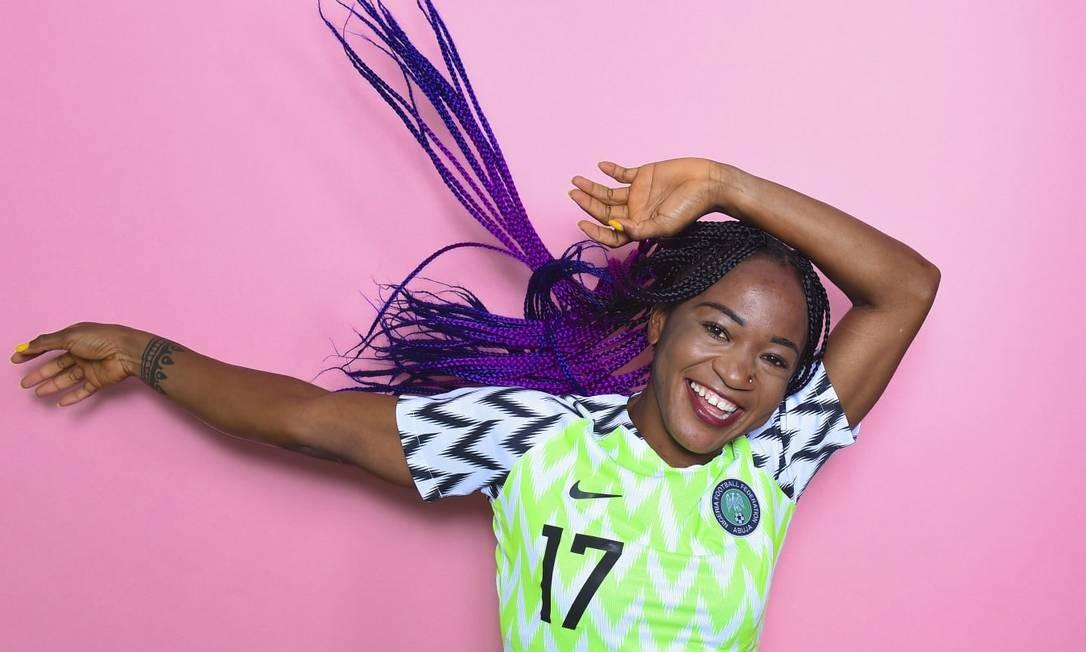 A atacante da Nigéria Francisca Ordega esbanja estilo e personalidade com suas tranças em tons de roxo Foto: Fifa/Reprodução