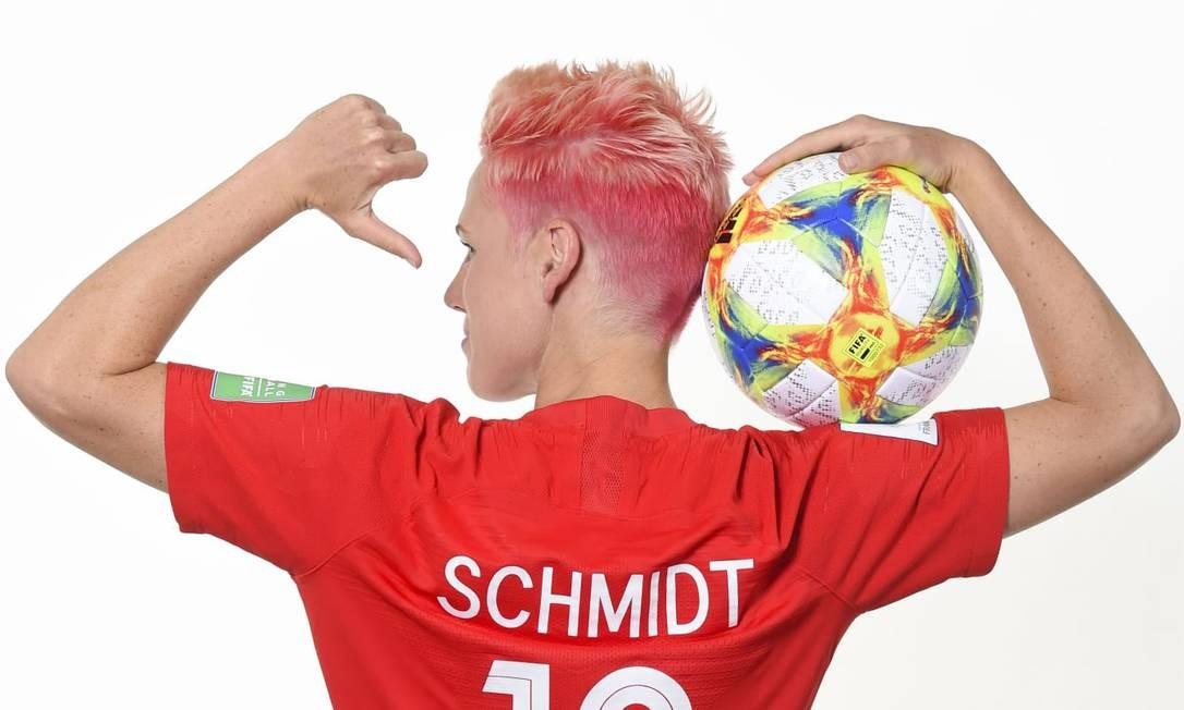 A jogadora do Canadá Sophie Schmidt mostra sua personalidade através dos cabelos curtos e cor de rosa Foto: Fifa/Reprodução