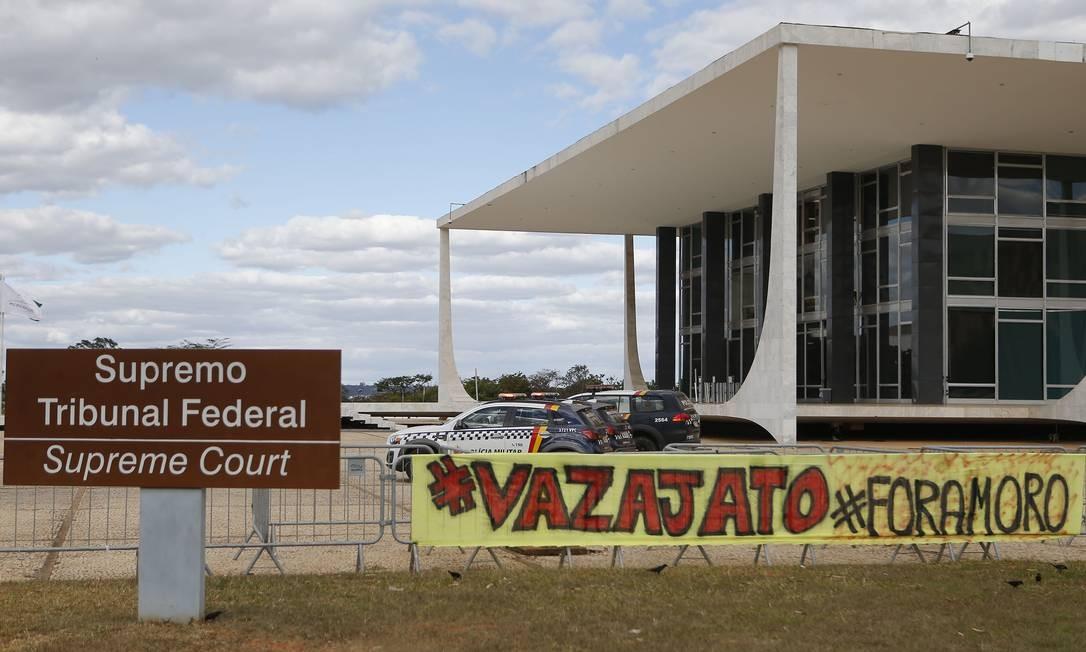 Manifestantes pedem a liberdade de Lula em frente ao STF Foto: Jorge William / Agência O Globo