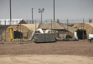 Tendas no abrigo em Clint, Texas, que recebe crianças imigrantes: centenas de menores estavam há semanas em tendas sujas e superlotadas Foto: IVAN PIERRE AGUIRRE / NYT