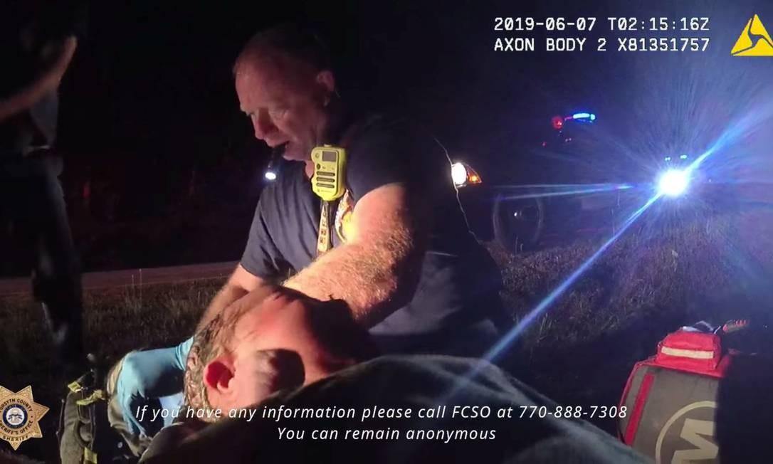 Policial do estado americano da Geórgia resgata uma menina encontrada dentro de um saco plástico. O bebê ainda estava com o cordão umbilical. Foto: Forsyth County Sheriffs Offic