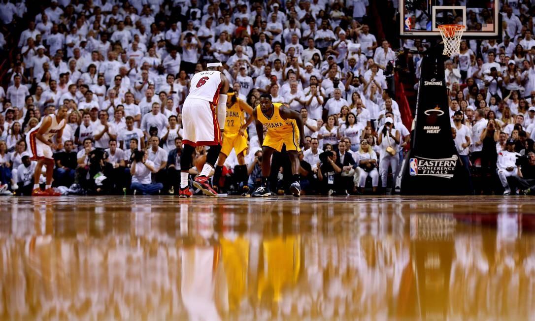 A arena multiuso pode receber até 19 mil espectadores em jogos de basquete. Ela é casa do time Miami Heats, que disputa a NBA. Na foto de 2014, Le Bron James, então atleta do Heats, aparece jogando contra o time do Indiana Pacers Foto: Mike Ehrmann / Getty Images