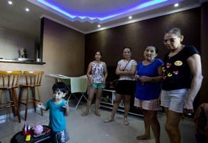 Joana D´Arc, o filho Pedro, Maria Eridan Rodrigues e Maria do Socorro Rodrigues na sala de um imóvel de prédio que será demolido Foto: Antonio Scorza / Agência O Globo