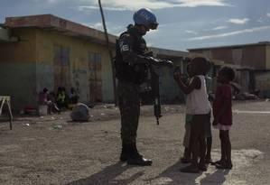 Militar da Minustah, terminada em 2017, realiza última patrulha na favela de Cité Soleil, no Haiti; Conselho de Segurança da ONU aprovou criação de missão para promover boa governança e auxiliar na convocação de eleições Foto: Daniel Marenco / Agência O Globo