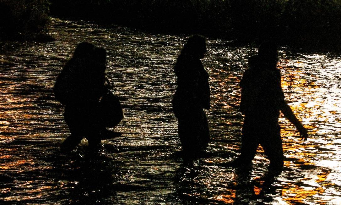 Migranti centroamericani attraversano la città di Ciudad Juarez, nello stato messicano di Chihuahua, diretti negli Stati Uniti.  Il governo del Messico affronta forti pressioni statunitensi per contenere l'esodo dei migranti in fuga dalla povertà e dalla violenza in El Salvador, Guatemala e Honduras Foto: HERIKA MARTINEZ / AFP