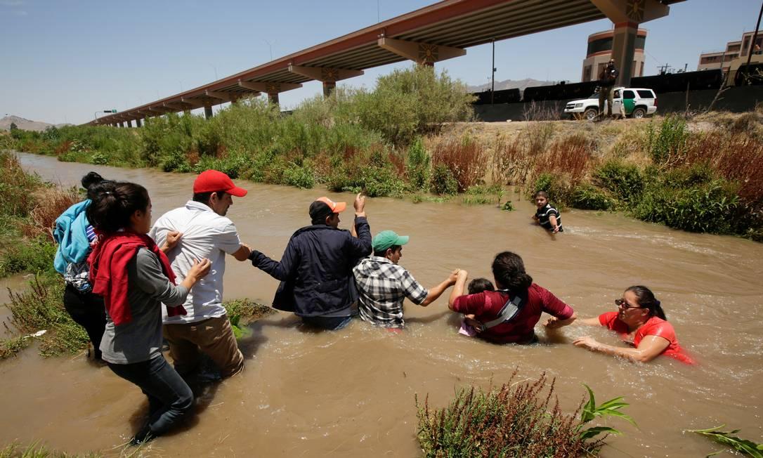 Gli immigrati honduregni attraversano il fiume Rio Grande per entrare negli Stati Uniti;  I viaggi a piedi sono estenuanti e possono durare diverse settimane Foto: Jose Luis Gonzalez/Reuters