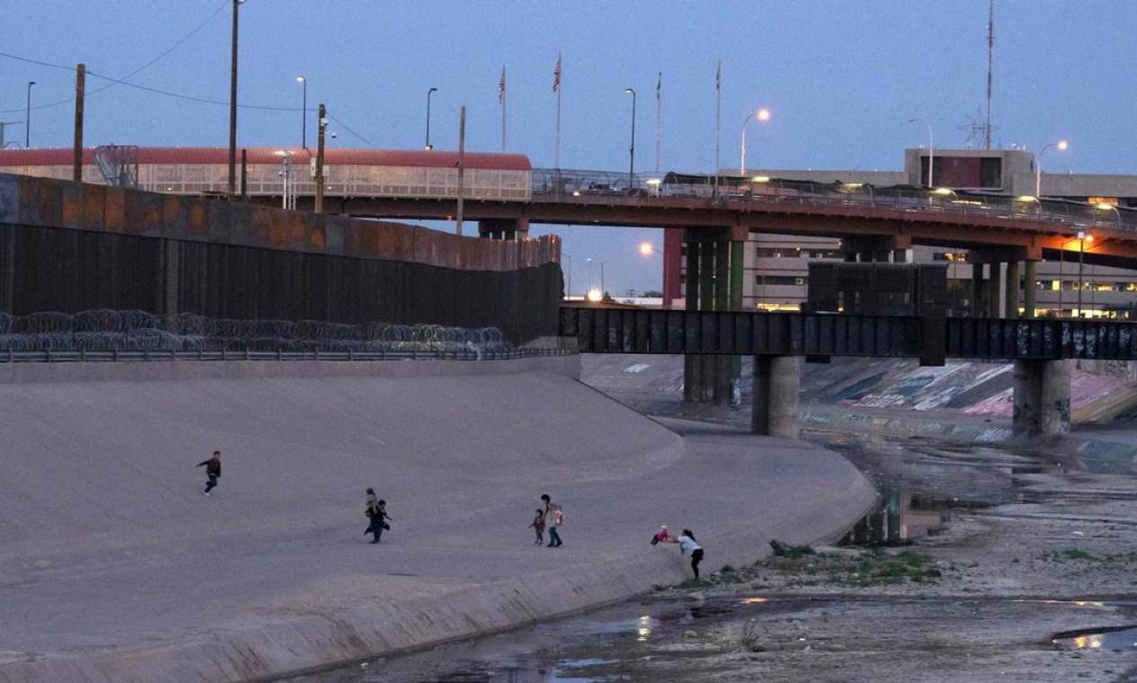 Imigrantes atravessam o Rio Grande entre Ciudad Juárez, no México, e El Paso, no estado americano do Texas. Uma criança brasileira de dois anos desapareceu no Rio Grande – para os mexicanos, Rio Bravo – quando a mãe, haitiana, atravessava suas águas para chegar aos EUA Foto: PAUL RATJE / AFP