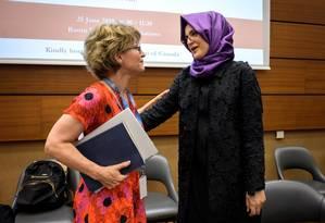 Investigadora da ONU, Agnès Callamard, se encontra com a viúva do jornalista saudita Jamal Khashoggi. Callamard divulgou relatório criticando a investigação realizada pelo governo saudita e diz que o príncipe herdeiro, Mohammad bin Salman, é suspeito de ordenar a execução Foto: FABRICE COFFRINI / AFP