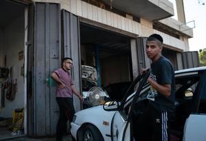 Um colono judeu leva seu carro à garagem do palestino Hamouda Ayash, em Deir Qaddis, na Cisjordânia Foto: SAMAR HAZBOUN / NYT