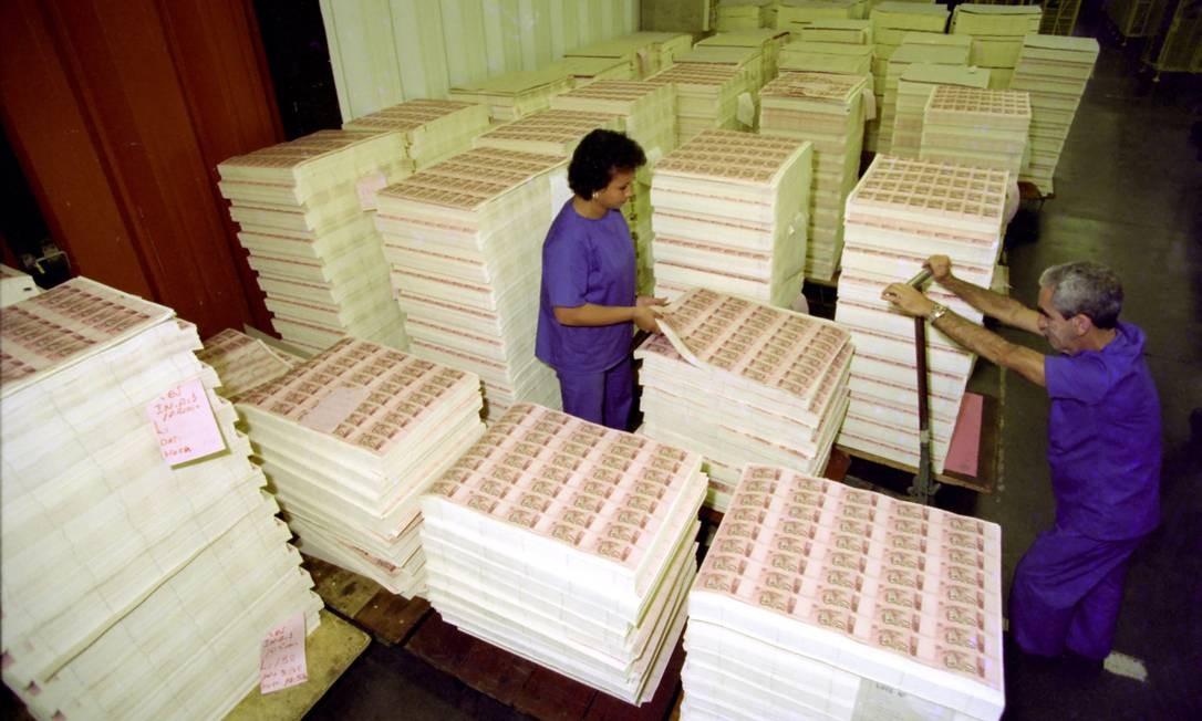 A Casa da Moeda, alguns meses antes da circulação do Real, começou a imprimir as novas notas. Foto: Agência O Globo - 07/06/1994