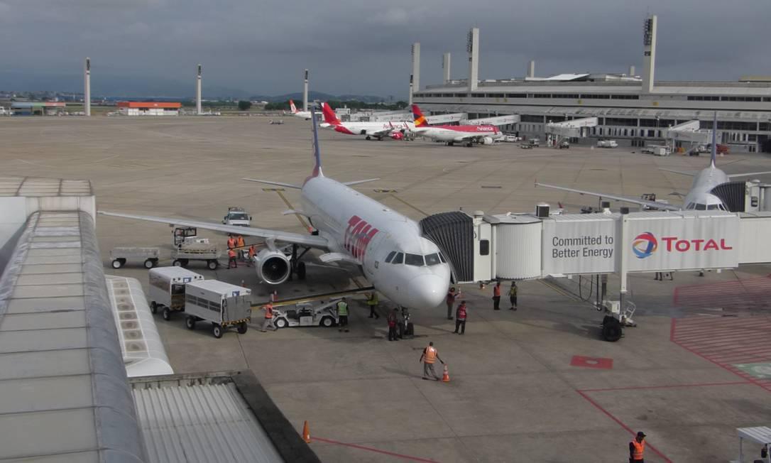 Avião da Latam no Aeroporto do Galeão: aérea terá 29 voos extras internacionais a partir do Rio até agosto Foto: Marcelo Carnaval / Agência O Globo