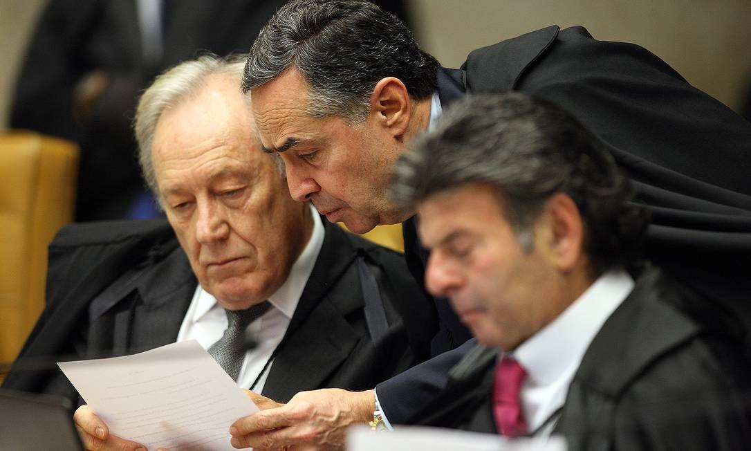 Barroso (centro) durante sessão plenária do Supremo Tribunal Federal Foto: Nelson Jr / Agência O Globo
