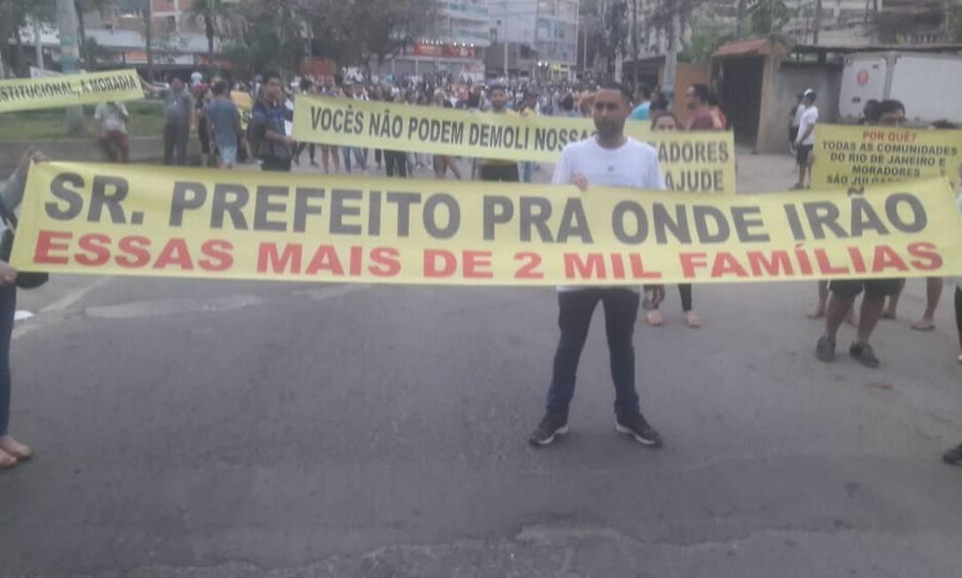Moradores do condomínio Figueiras do Itanhaguá fazem manifestação contra a decisão da prefeitura de demolir seis prédios que foram interditados Foto: Divulgação