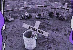 Protesto em Ciudad Juarez, no México, traz cruzes representando as meninas e mulheres mortas por sua condição de gênero. O escrito