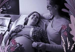 Renata Maciel Camillo e Antonia Moura fazem ultrassonografia para ver como está a saúde de seus gêmeos. É Renata que está grávida, mas Antonia decidiu passar por um tratamento para também produzir leite após o parto Foto: Leo Martins / Agência O Globo