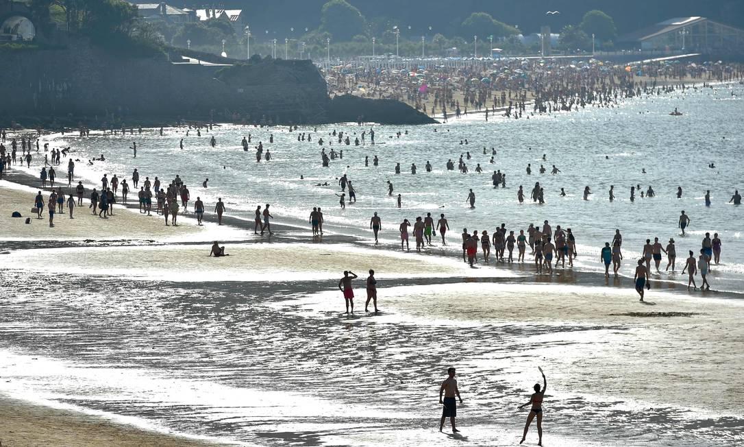 Praia de La Concha, no norte da cidade espanhola de San Sebastian, lotada Foto: ANDER GILLENEA / AFP