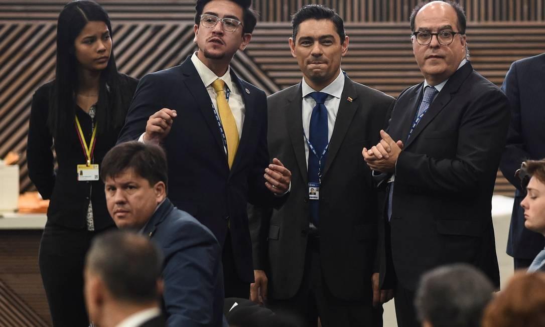 Representantes da oposição venezuelana, Carlos Vecchio e Julio Borges, participam da Assebleia da OEA Foto: JOAQUIN SARMIENTO / AFP