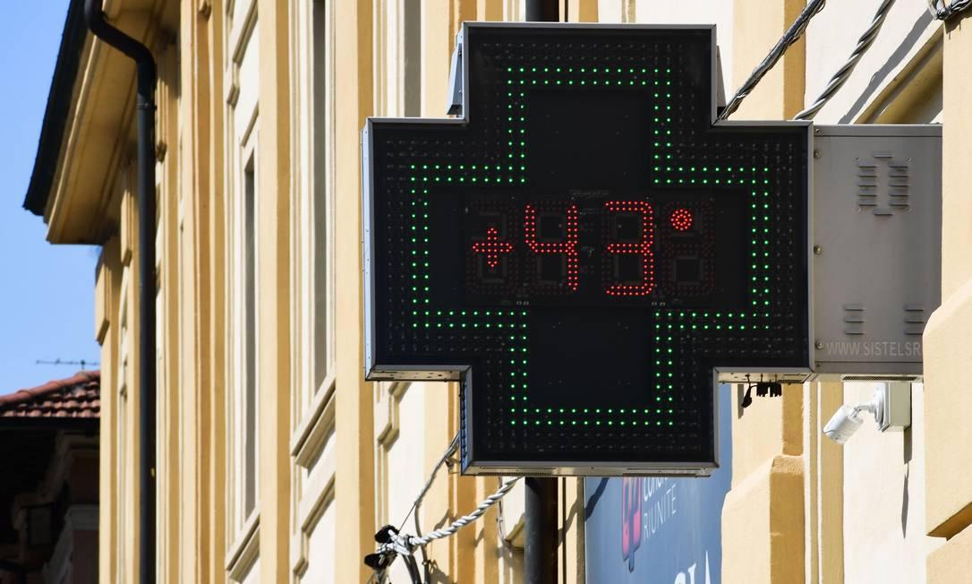 Termômetro marca 43ºC em Reggio Emilia, perto de Bolonha, norte da Itália Foto: MIGUEL MEDINA / AFP
