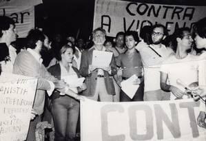 """Primeira manifestação no Brasil contra a violência contra a população LGBT, """"nosso Stonewall"""" aconteceu em São Paulo, em 13 de junho de 1980. Na foto, o pintor Darcy Penteado lê uma carta aberta. Foto: Arquivo pessoal James Green"""