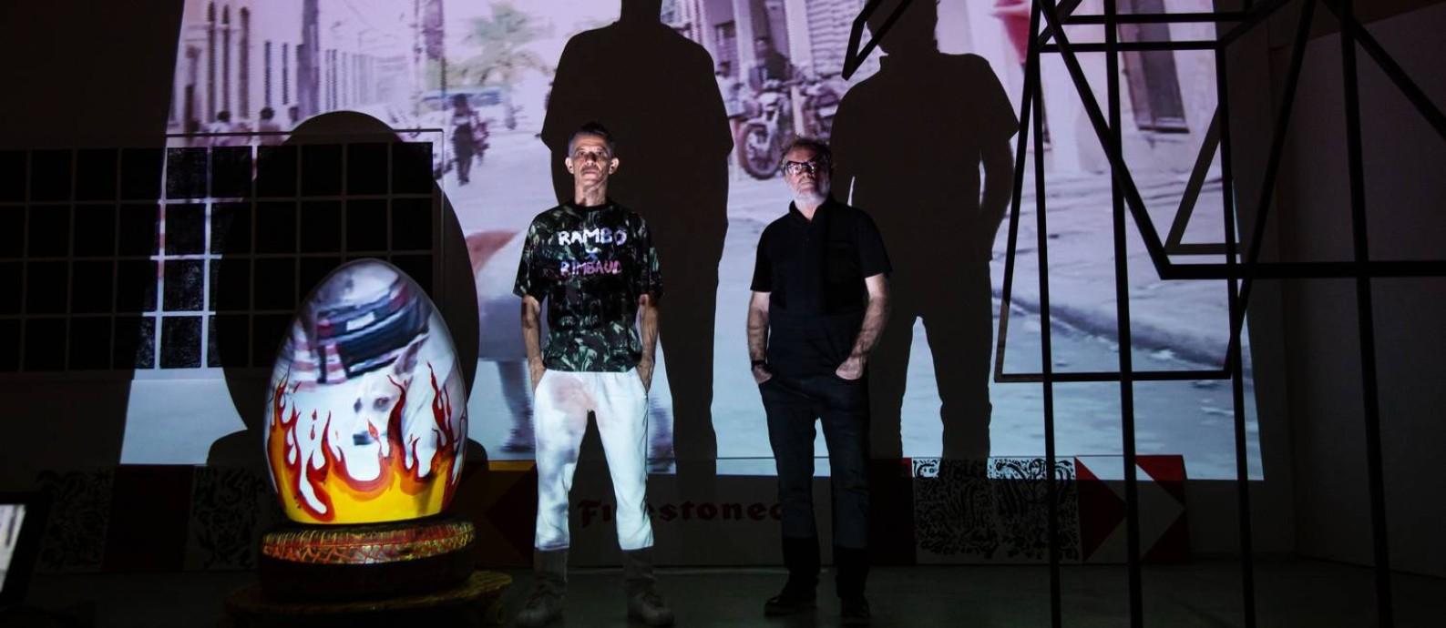 Cabelo e Raul Mourão no Studio O.M art, na montagem da mostra 'Experienza Live Cinema': no limite entre a exposição e a performance Foto: BRENNO CARVALHO / Agência O Globo