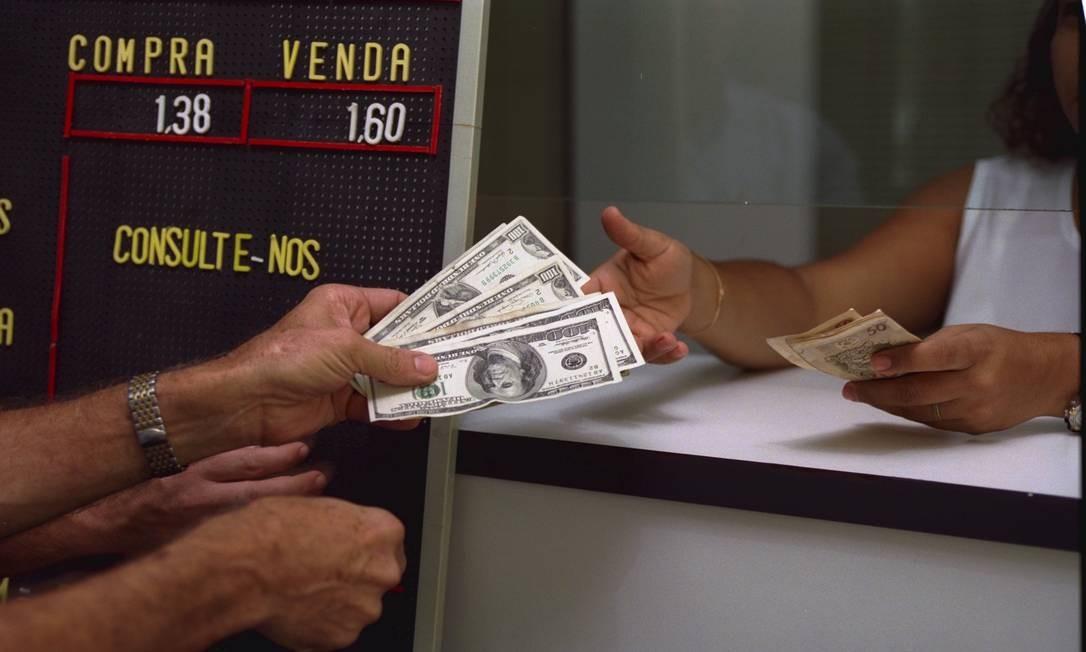 Nos primeiros anos do Plano Real, a cotação da moeda americana estava perto da paridade. Em janeiro de 1999, US$ 1 valia o mesmo que R$ 1,60 Foto: Jorge William / Agência O Globo - 19/01/1999
